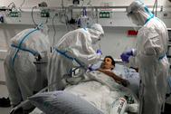 Un equipo médico simula el tratamiento de un paciente con Covid-19 durante una sesión formativa en un hospital de Israel.