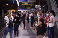 Usuarios del Metro de Madrid, esperando un tren durante la pandemia.