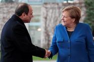 La canciller alemana Angela Merkel saluda al presidente egipcio, Abdelfatah al Sisi, durante una cumbre en Berlín en enero.