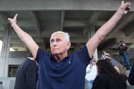 El ex colaborador de Trump, Roger Stone, antes de entrar en el juzgado.