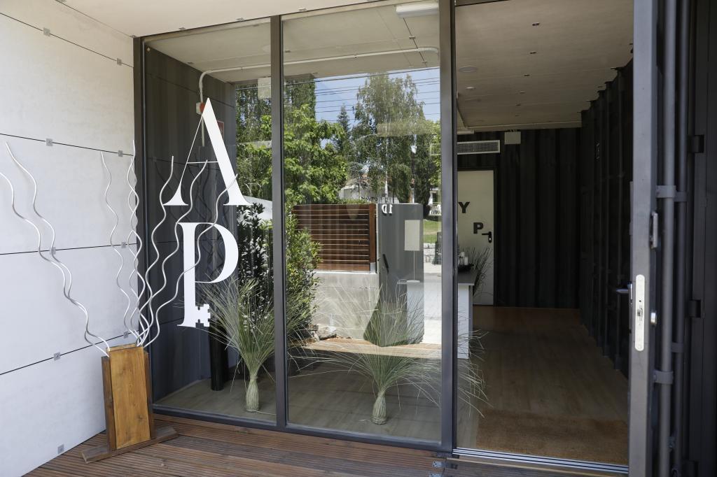 Entrada a los apartamentos Acero y piedra en Cerceda.