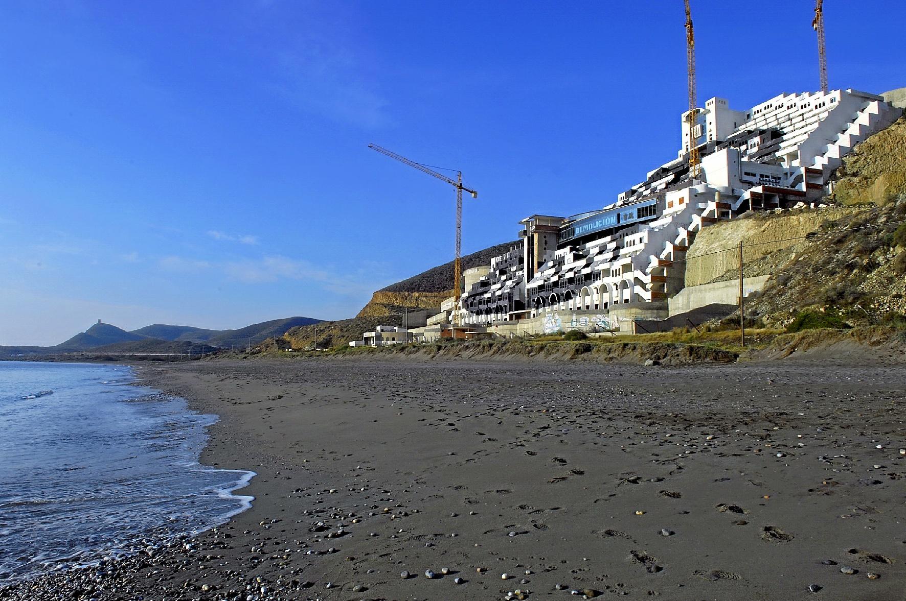 Hotel de la playa del Algarrobico, en Carboneras (Almería), cuya demolición sigue pendiente.