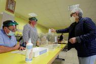 Una mujer deposita su voto en un colegio electoral de Ribadeo (Lugo).