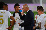 Real Madrid's French coach Zinedine lt;HIT gt;Zidane lt;/HIT gt; (C) speaks to players during the Spanish League football match between Real Madrid and Alaves at the Alfredo Di Stefano stadium in Valdebebas near Madrid on July 10, 2020. (Photo by GABRIEL BOUYS / AFP)