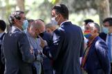 Pedro Sánchez conversa con el presidente de la CEOE, Antonio GaramendI, junto al secretario general de UGT, Pepe Álvarez, durante la firma del Acuerdo por la reactivación económica y el empleo.