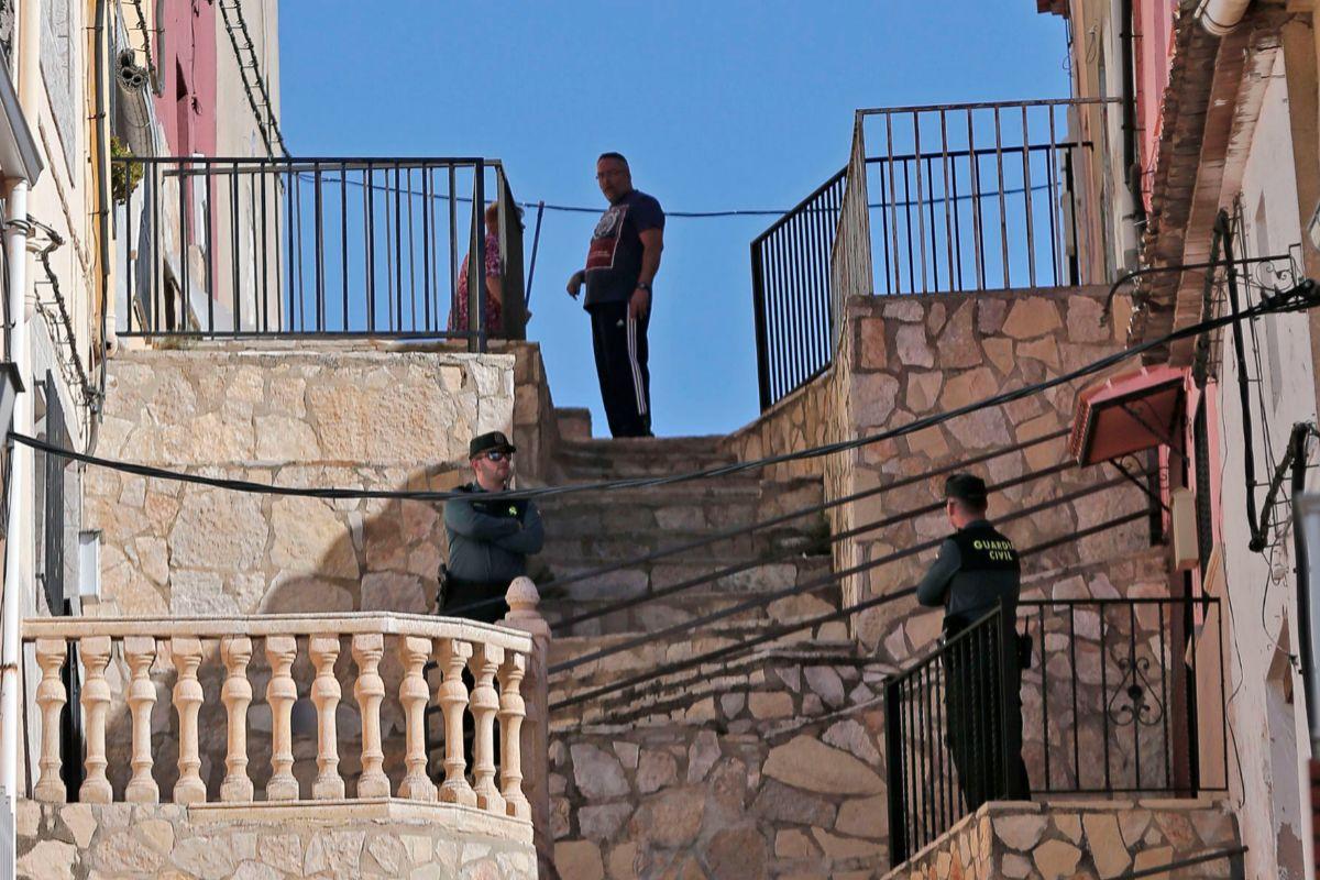 La Guardia Civil registra la casa donde se produjo el asesinato en Chella.