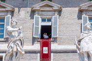 El Papa Francisco saluda durante el Ángelus, este domingo, en el Vaticano.