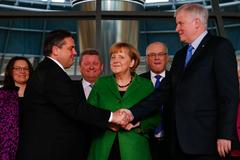 Merkel, entre Gabriel y Seehofer, en la 'gran coalición' de 2017.