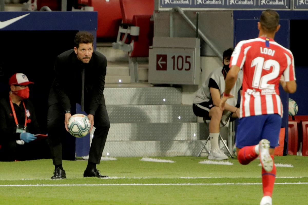 Simeone lanza el balón a sus jugadores.