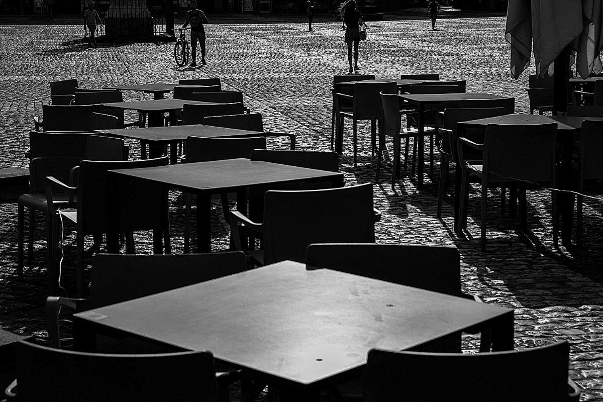 Terraza vacía en la Plaza Mayor de Madrid, en el centro de la capital, la zona más castigada por la ausencia de turistas.