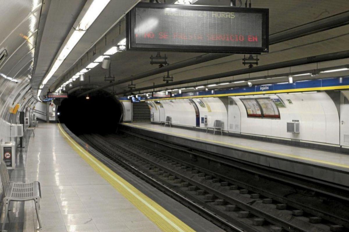 Andén de la estación de Argüelles sin viajeros.