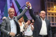 Urkulu y Ortuzar celebran la victoria electoral del PNV frente a la sede nacionalista de Sabin Etxea.