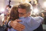 Alberto Núñez Feijóo se abraza a su esposa tras revalidar su cuarta mayoría absoluta.