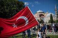 Ciudadanos ondean banderas turcas para celebrar que Santa Sofía vuelva a ser una mezquita.