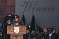 A la izquierda, Zindzi Mandela, hija menor de Nelson Mandela junto as su hermana Zenani en el funeral del padre de ambas en 2018.