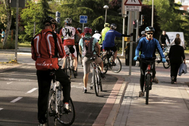 Un grupo de ciclistas, en un carril bici de Madrid