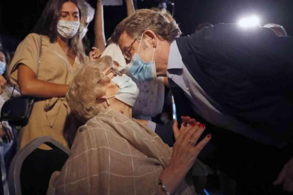 El reelegido presidente de la Xunta celebra con su madre su victoria electora.