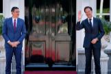El primer ministro de Países Bajos, Mark Rutte, recibe al presidente español, Pedro Sánchez.
