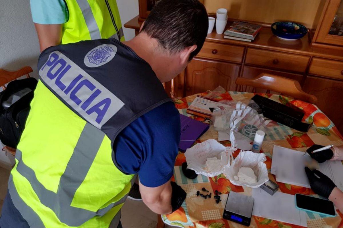 Los agentes junto a parte de la droga intervenida.