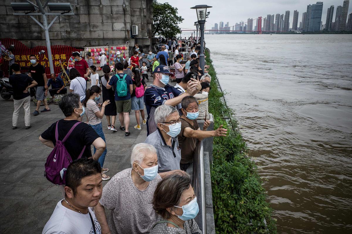 Residentes de Wuhan observan el río Yangtsé.