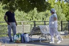 Una sanitaria habla con un afectado por el Covid-19 en Fraga (Huesca) antes de su traslado.