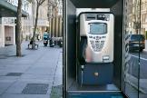 Una cabina telefónica en la calle Serrano de Madrid.