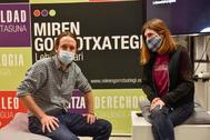 Pablo Iglesias junto a Miren Gorrotxategi en un acto de campaña.