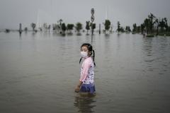 Una niña con mascarilla en el río Yangtsé de Wuhan.