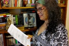 Esther Sánchez, en su casa, con la sentencia favorable.