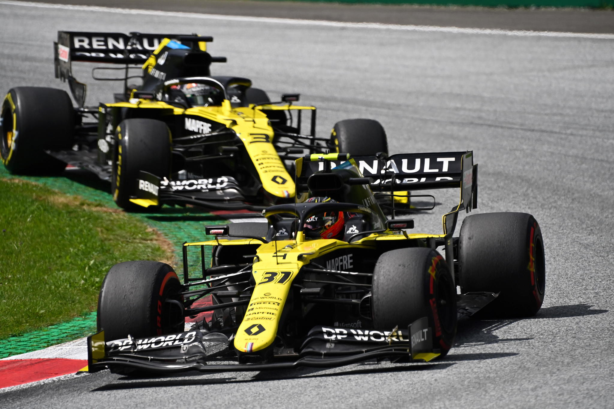 Los líos de Renault: abandonos por una pieza mal soldada y batalla legal contra los 'Mercedes Rosa'