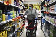 Una mujer realiza su compra en un supermercado
