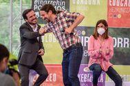 Alberto Garzón y Pablo Iglesias se saludan con el codo durante un mitin en Bilbao en la campaña de las elecciones vascas.
