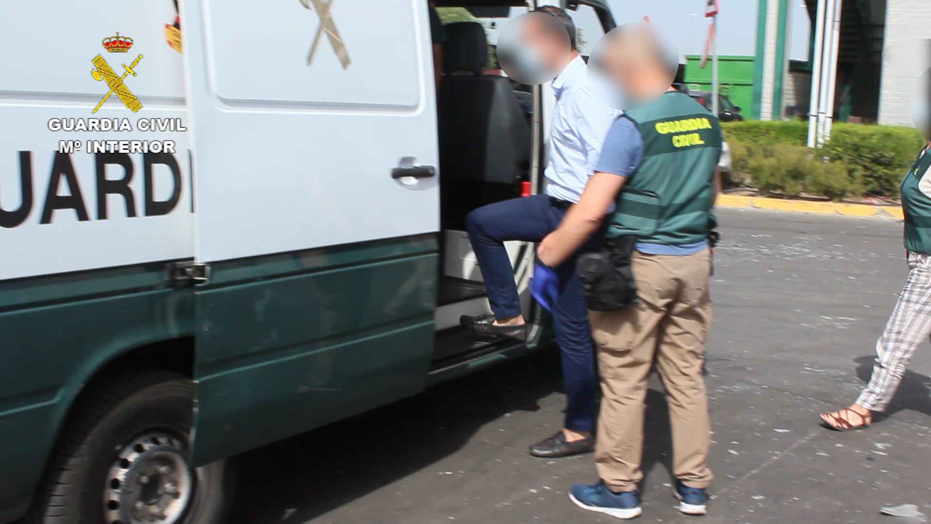Uno de los detenidos es trasladado a un furgón de la Guardia Civil.