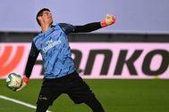 Courtois lanza un balón durante el partido contra el Alavés.
