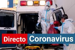 Sanitarios limpian el material médico de una ambulancia por el coronavirus.