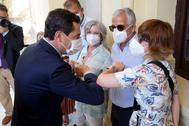 Juan Manuel Moreno saluda a la viuda del concejal del PP asesinado por ETA en el año 2000 José María Martín Carpena.