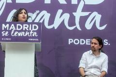 Dina Bousselham y Pablo Iglesias, en un acto, en Madrid, en 2017.