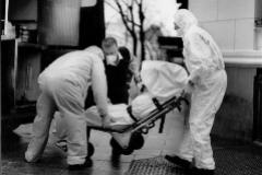 Recogida de un cadáver durante la pandemia de Covid-19.