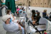 Unos ciudadanos llevan mascarilla mientras están en una terraza en Zaragoza, que ha vuelto a una Fase 2 flexibilizada.