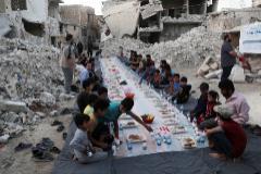 Varias persona se preparan para romper el ayuno del Ramadán en Alepo, el pasado mayo.
