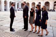 Pedro Sánchez y Felipe VI se saludan en presencia de la Reina Letizia, la Princesa de Asturias y la Infanta Sofía.