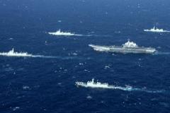 Buques chinos realizan ejercicios en el Mar del Sur, en una imagen de 2017.