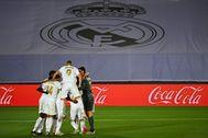 Los jugadores del Real Madrid celebran un tanto.