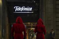 Dos extra disfrazados como personajes de la serie 'La casa de papel', en la sede de Telefónica.
