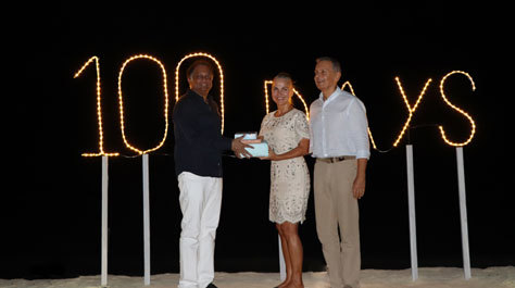 La pareja recibiendo el certificado de su récord.