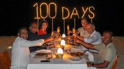 Los señor Baranek compartiendo cena con el personal del hotel.