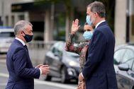 El lehendakari Urkullu saluda al Rey Felipe VI mientras doña Letizia saluda al público congregado junto al Guggenheim.