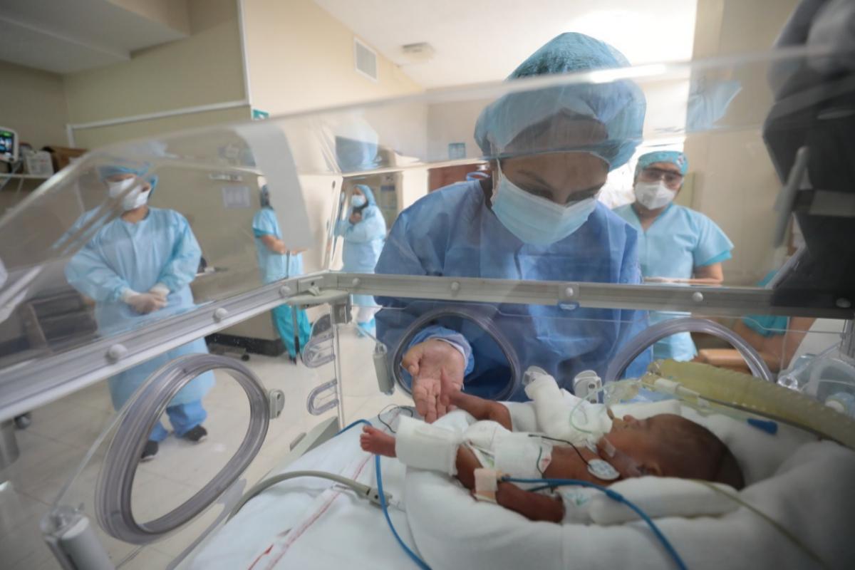 Jorge, el bebé prematuro peruano de sólo 580 gramos que superó la Covid-19.