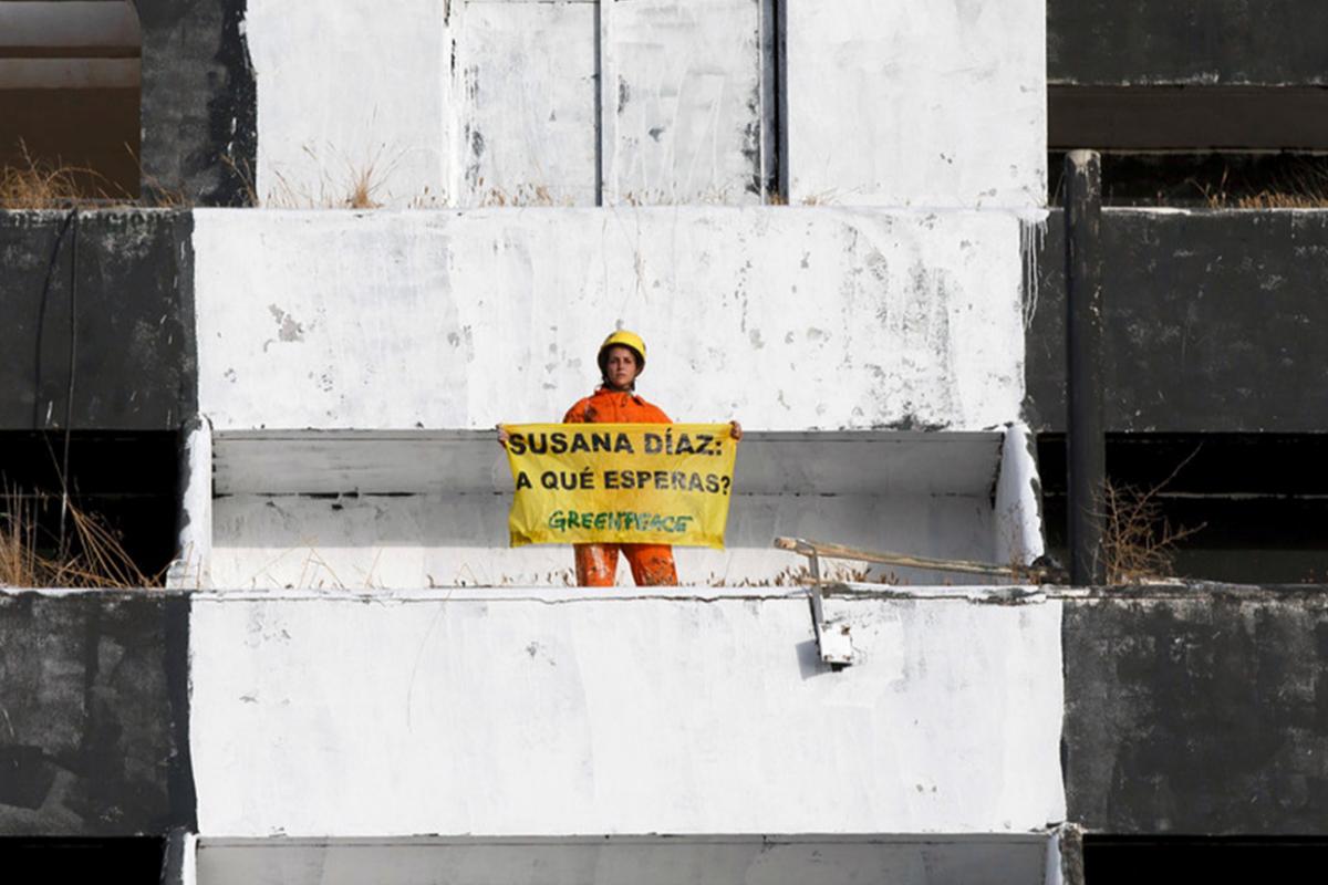Un activista de Greenpeace durante una protesta para reclamar al Gobierno de Susana Díaz la demolición del Algarrobico.