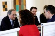 Pedro Sánchez conversa con Quim Torra, durante la primera reunión de la mesa de diálogo, el pasado 26 de febrero, en Madrid.